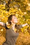 Herbstpark und ein schöner Brunette. Stockfoto