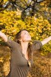 Herbstpark und ein schöner Brunette. Stockfotos