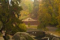 Herbstparkszene mit Fluss Lizenzfreie Stockfotografie