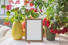 Herbstplakat-Modellschablone mit goldenem Rahmen und Anlagen Stockfotografie