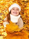 Herbstporträt des entzückenden lächelnden Kindes des kleinen Mädchens mit leav Lizenzfreies Stockbild