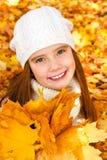 Herbstporträt des entzückenden lächelnden Kindes des kleinen Mädchens mit leav Lizenzfreie Stockfotos