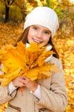 Herbstporträt des entzückenden lächelnden Kindes des kleinen Mädchens mit leav Lizenzfreie Stockbilder