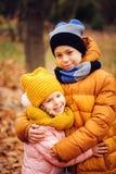Herbstporträt des glücklichen Kinderspielens im Freien im Park Lizenzfreies Stockfoto