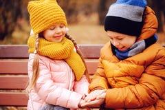 Herbstporträt des glücklichen Kinderspielens im Freien im Park Stockbild