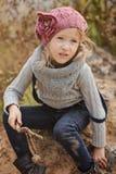 Herbstporträt des netten Kindermädchens in der Strickmütze und in der Strickjacke lizenzfreie stockbilder