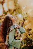 Herbstporträt mit nettem armenischem Mädchen lizenzfreie stockbilder
