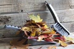 Herbstreinigungszusammenfassung mit Blättern stockfotografie