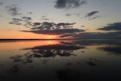 Herbstruhe und Ruhe der Wasseroberfläche des Sees bei Sonnenuntergang Stockbilder