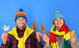 Herbstsaison und Wetterkonzept Kerle in den Knitschals Lizenzfreies Stockbild
