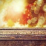 Herbstsaisonhintergrund mit leerem Holztisch Stockbilder