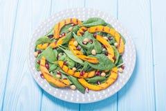 Herbstsalat mit Kürbisspinat, -granatapfel und -kichererbse Gesundes Lebensmittel des strengen Vegetariers lizenzfreies stockfoto