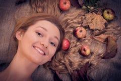 Herbstschönheits-Frauenporträt mit Früchten und Blättern in ihrem goldenen Haar Lizenzfreie Stockbilder