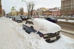 Herbstschneefälle in der Stadt Stockbild