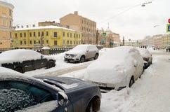 Herbstschneefälle in der Stadt Lizenzfreie Stockfotos