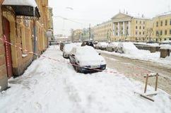 Herbstschneefälle in der Stadt Stockfotos
