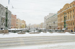 Herbstschneefälle in der Stadt Stockfotografie