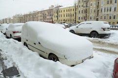 Herbstschneefälle in der Stadt Lizenzfreies Stockfoto