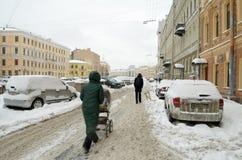 Herbstschneefälle in der Stadt Lizenzfreie Stockbilder