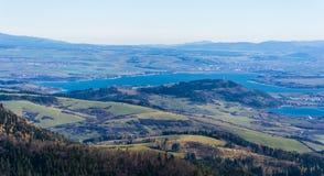 Herbstseeblick Liptovska Mara und die Stadt Liptovsky Mikulas in Nord-Slowakei stockfotografie