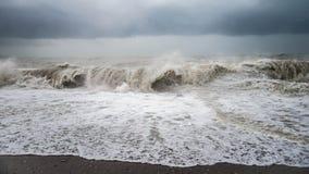 Herbstseesturm mit Spritzen von den großen Wellen am Strand Lizenzfreie Stockfotos