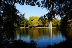Herbstseewasser-Reflexionssonne Lizenzfreies Stockfoto