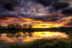 Herbstsonnenaufgang über einem See Stockfotos