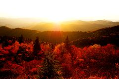 Herbstsonnenuntergang über den Bergen Stockbild