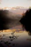 Herbstsonnenuntergang über einem Fluss Lizenzfreies Stockfoto