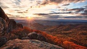 Herbstsonnenuntergang auf Berglandschaft Stockbilder