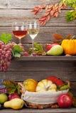 Herbststilllebenkarte mit Früchten lizenzfreies stockfoto