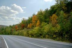 Herbststraße in den Bergen stockbild