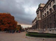 Herbststraßenansicht mit Schönbrunn-Schloss in Wien stockfoto