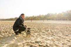 Herbststrandporträt mit Hund Stockfotografie