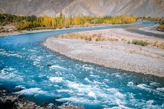 Herbstszene in Gupis Blaues Wasser des Türkises von Gilgit-Fluss durchfließendes Ghizer pakistan stockfoto