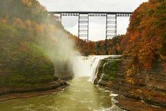 Herbstszene von Wasserfällen und von Schlucht Stockfotos