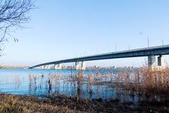 Herbsttag in Arkhangelsk Ansicht des Flusses Nord-Brücke Dvina und des Automobils in Arkhangelsk lizenzfreie stockfotografie