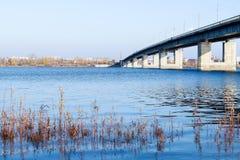 Herbsttag in Arkhangelsk Ansicht des Flusses Nord-Brücke Dvina und des Automobils in Arkhangelsk lizenzfreie stockfotos
