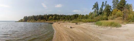 Herbsttag auf dem See Lizenzfreie Stockfotos