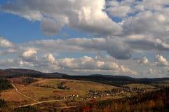 Herbsttag in den Bergen lizenzfreie stockfotografie