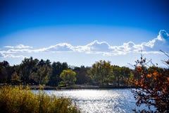 Herbsttag an Rocky Mountain Lake-Park lizenzfreie stockbilder