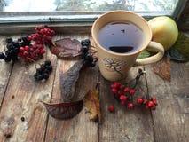 Herbsttee auf einem rustikalen hölzernen Hintergrund Stockbild