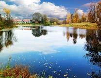 Herbstteich im Dorf, Moskau-Region, Russland Stockbild