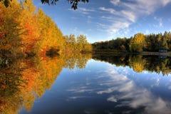 Herbstteich oder -park in Kanada lizenzfreie stockfotos