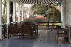 Herbstveranda mit Tabellen und Stühlen Lizenzfreies Stockfoto