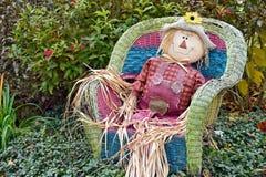 Herbstvogelscheuche im geflochtenen Stuhl Stockbilder