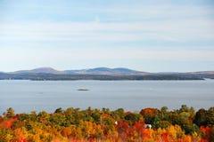 Herbstwald vor Meer und Berg im Acadia-Nationalpark Lizenzfreie Stockfotografie
