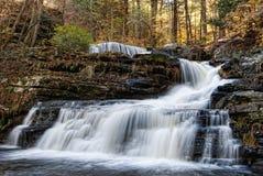 Herbstwasserfall lizenzfreie stockbilder