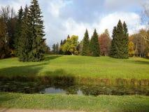 Herbstweg im Park der Stadt von Pavlovsk Stockfotografie