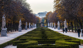 Herbstweg mit Büschen, Statuen und Bäumen Lizenzfreies Stockfoto